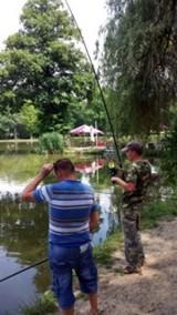 Horgászok az abaligeti horgásztónál