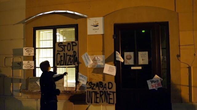 A Fidesz pécsi székháza tüntetők üzeneteivel
