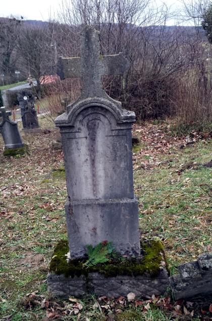Mánfai temetőben a sír egyik ősömé